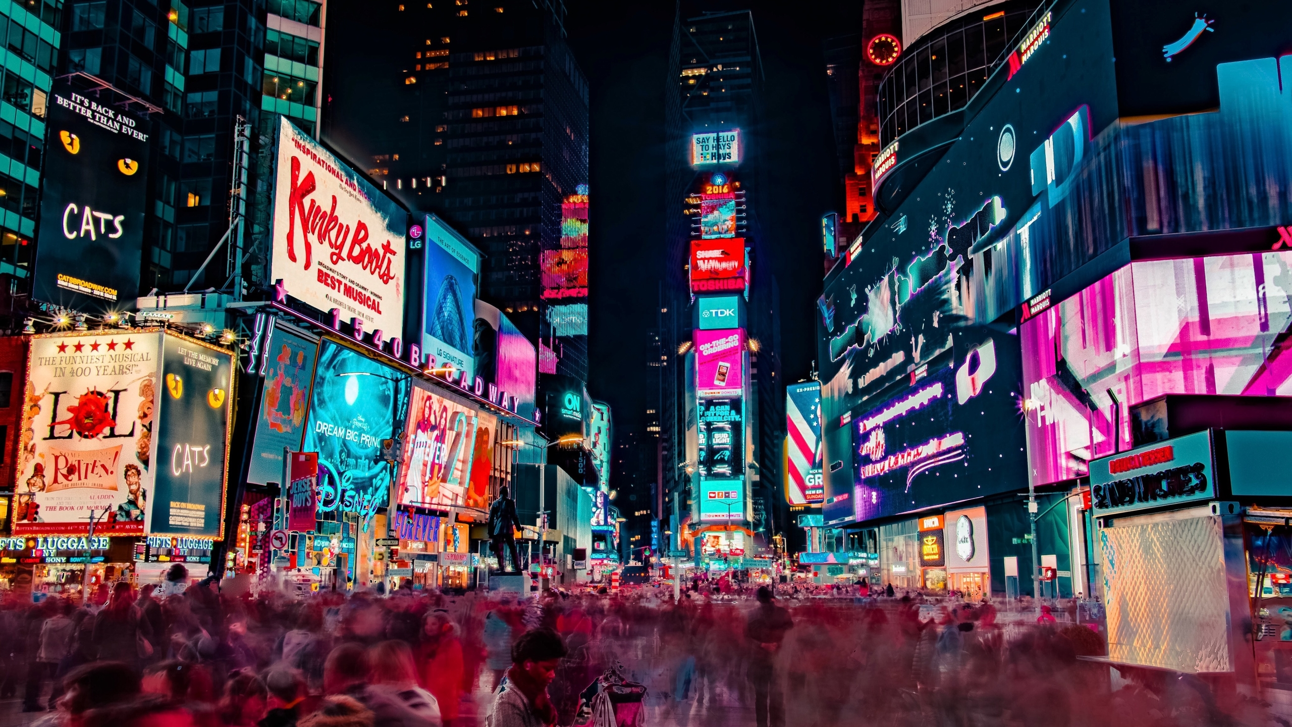 Night Crowd At Times Square Hd Wallpaper Background Image 2560x1440 Id 1068578 Wallpaper Abyss