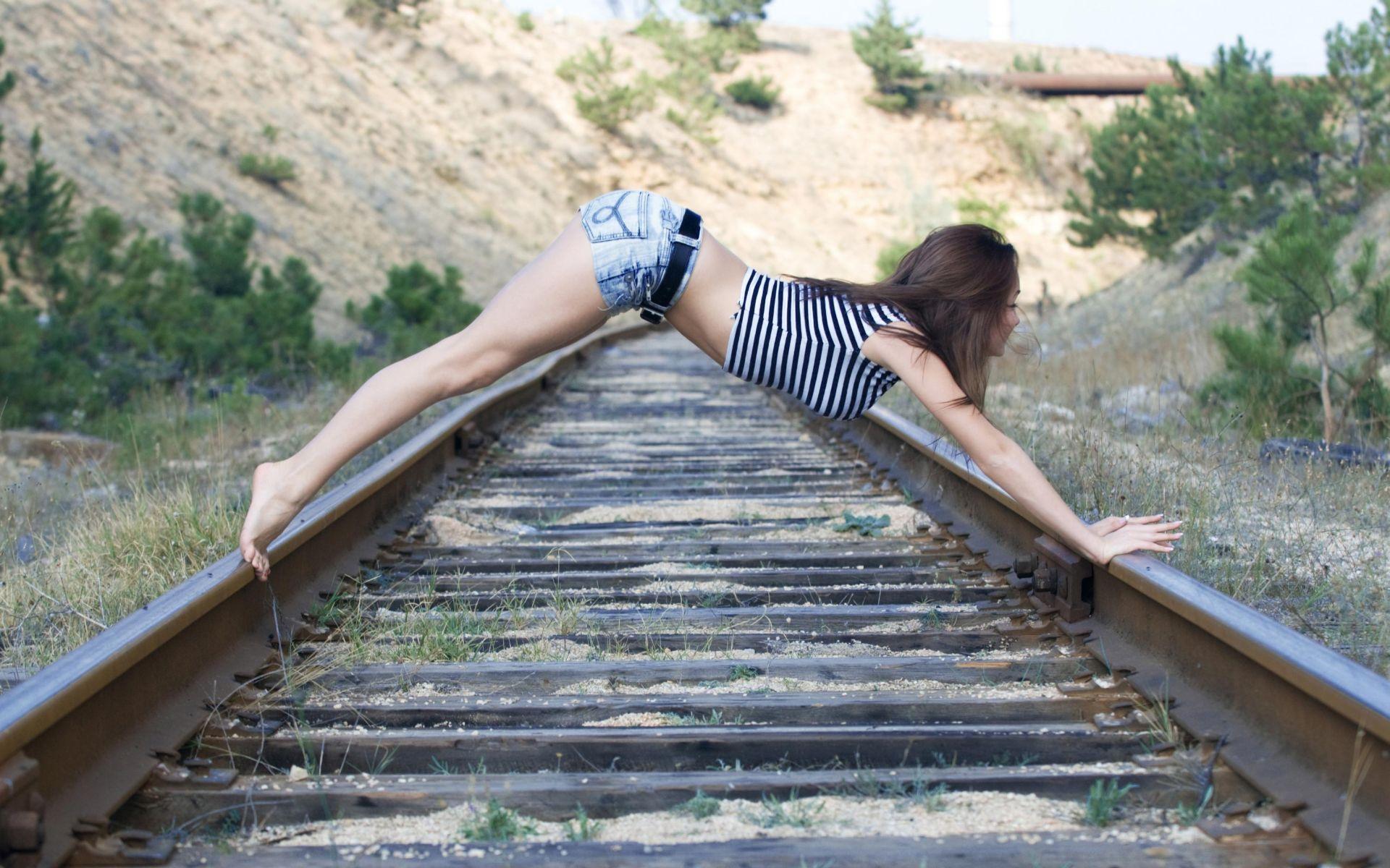 Donne - Altri  Brunette Railroad Sfondo