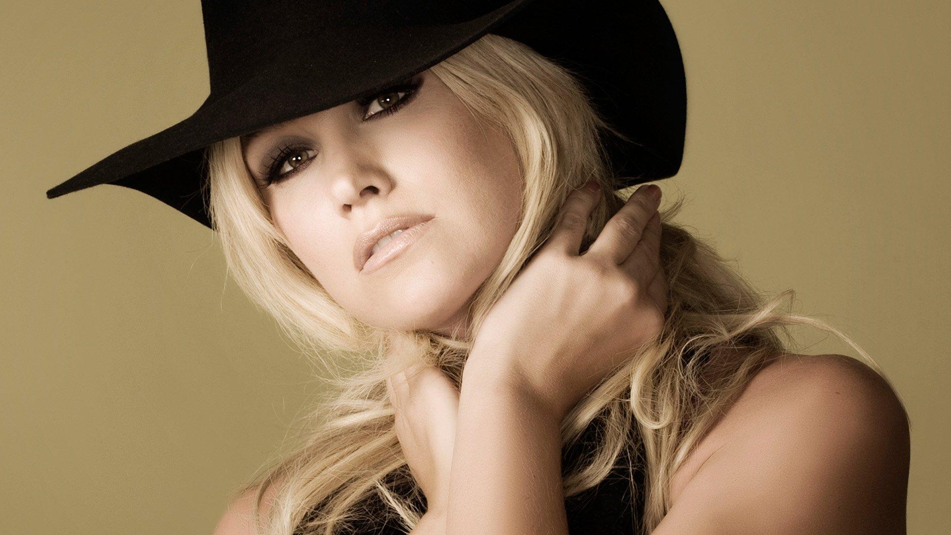 Блондинка в шапочке фото