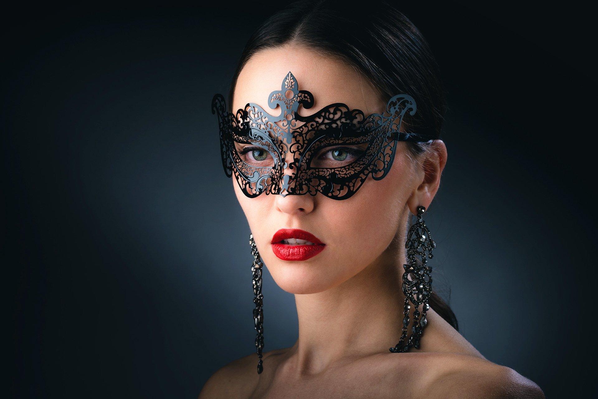 Photography - Mask  Green Eyes Brunette Woman Lipstick Earrings Face Stare Wallpaper
