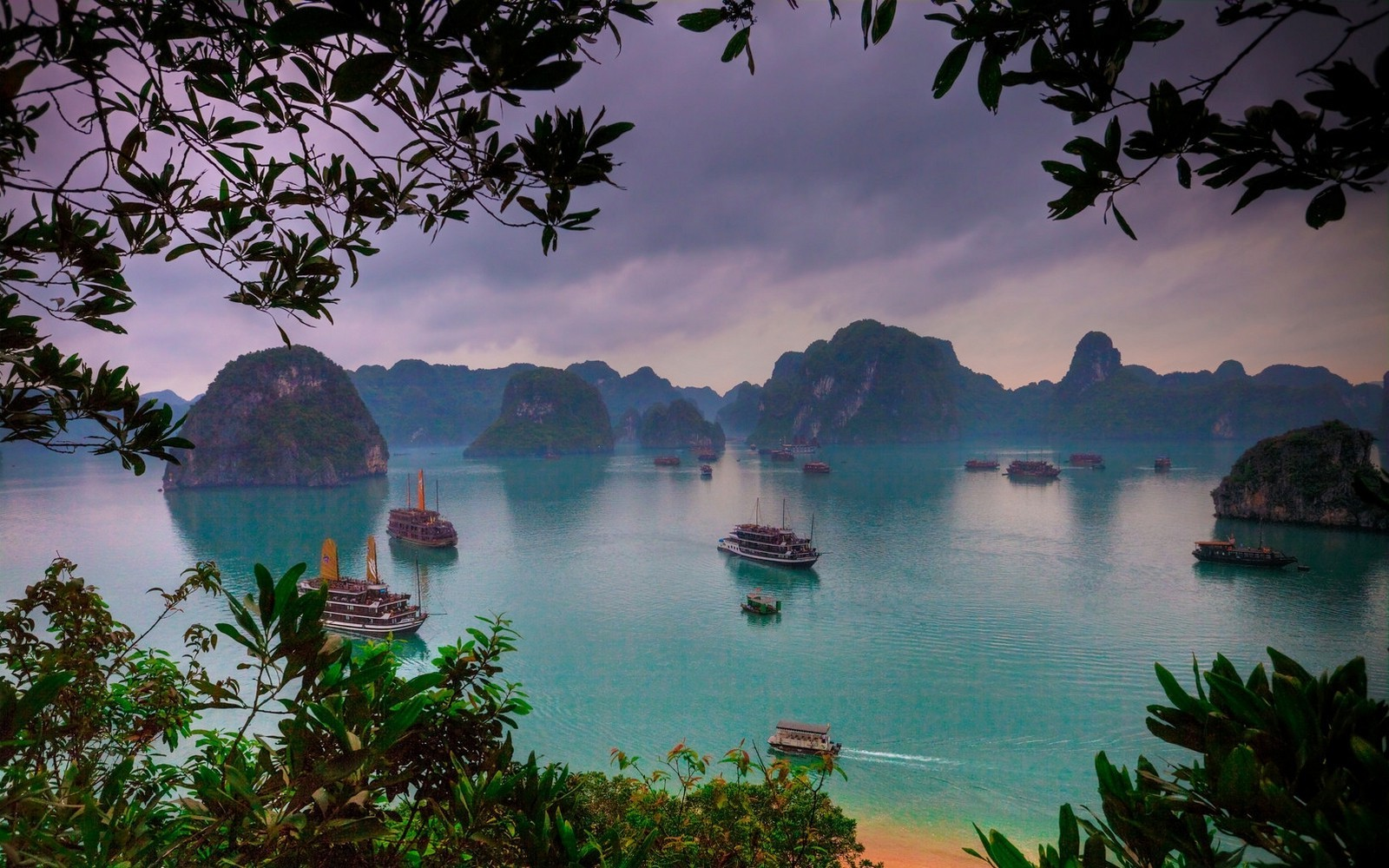 Ha Long Bay In Vietnam Wallpaper And Background Image 1600x1000