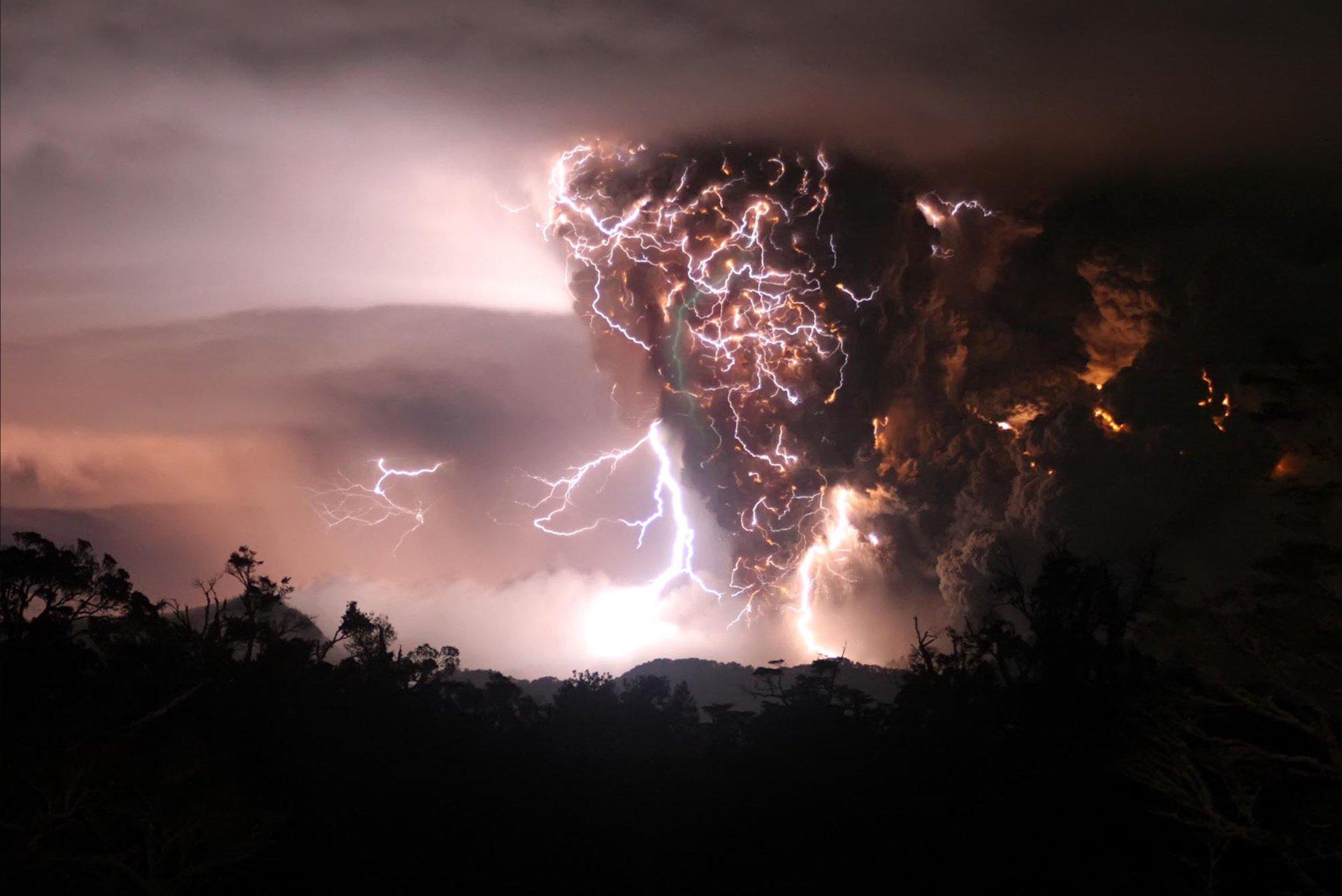 Fotografie - Bliksem  Vulkaan Eruption Wallpaper